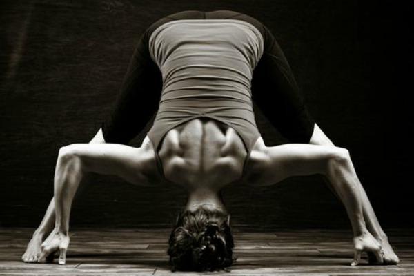 corpo femminile in posizione yoga